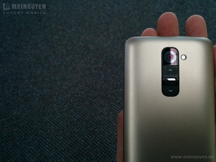 Here-are-the-first-live-pics-of-LG-G2-gold-edition (4)