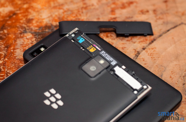 New-pictures-of-the-BlackBerry-Passport (2)