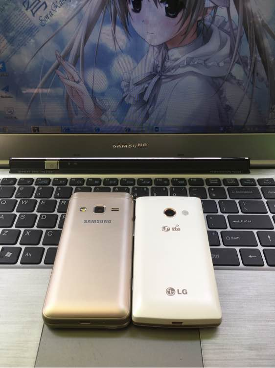 Galaxy-Folder-2-is-on-left-compared-to-an-LG-handset